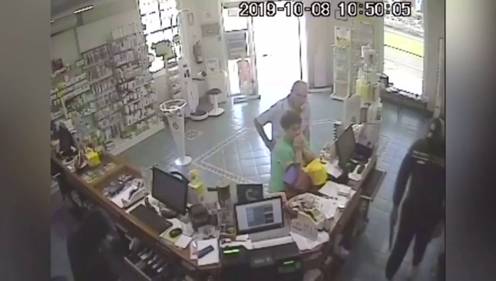 Dos encapuchados armados intentan robar la caja de una farmacia de Tenerife y el bolso de una clienta