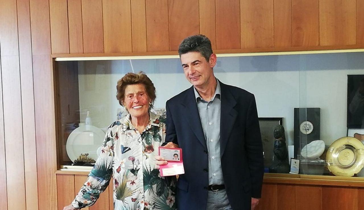 La anciana junto al alcalde de la ciudad italiana