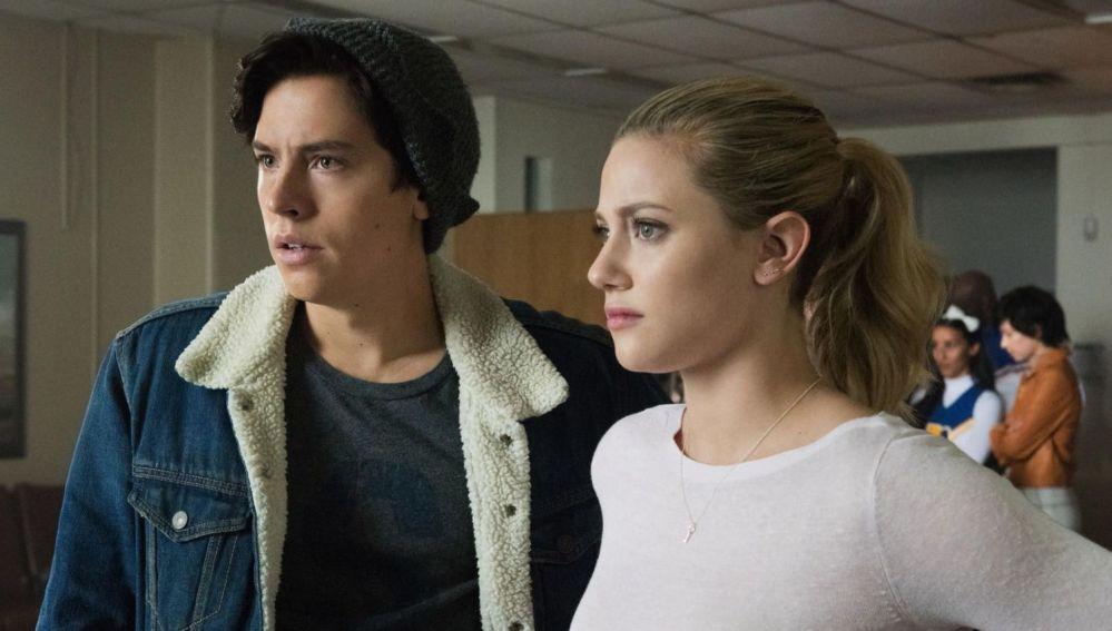 Cole Sprouse (Jughead) y Lili Reinhart (Betty) en 'Riverdale'