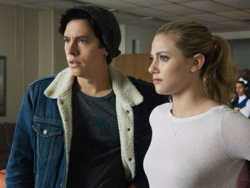 Cole Sprouse (Jughead) y Lili Reinhart (Betty) en 'Riverdale'