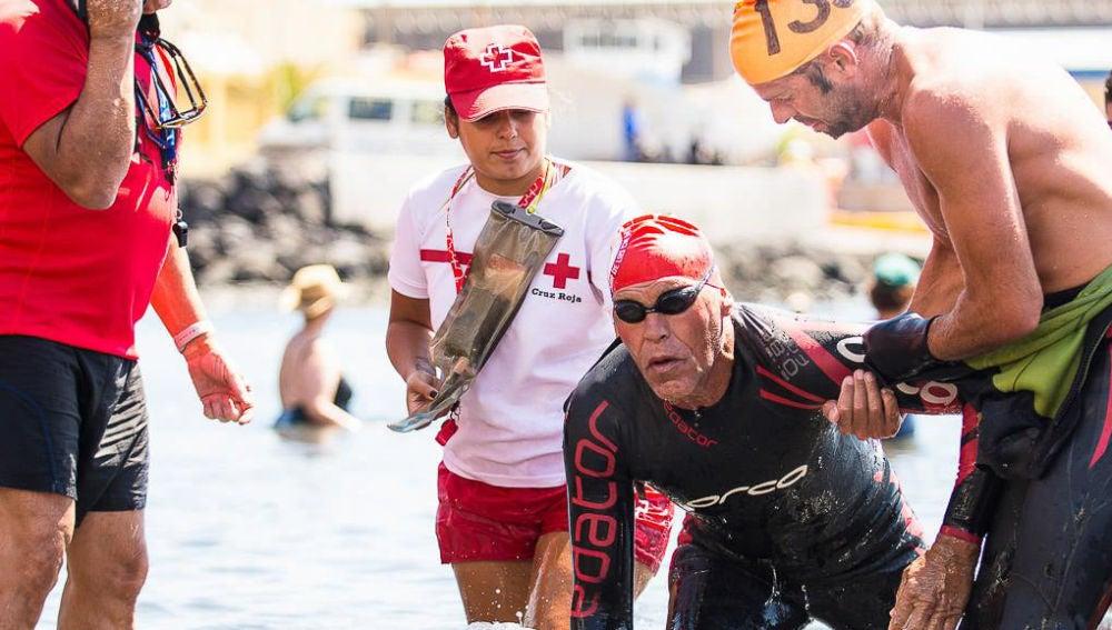 Muere Carmelo Santana en mitad de su vuelta a nado por Gran Canaria