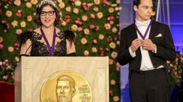 Amy y Sheldon recogiendo el Nobel de Física
