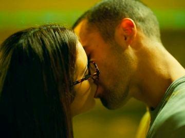 """Hugo y Triana se besan, dejándose llevar por sus sentimientos: """"Ahora sé que te importo"""""""
