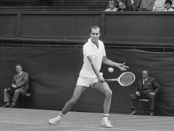 Andrés Gimeno, en un partido en Wimbledon