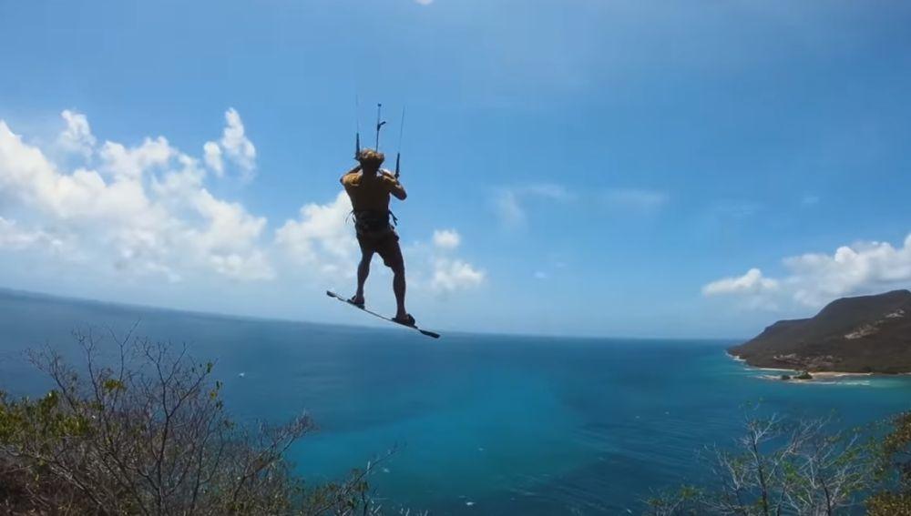 Un kitesurfista se lanza al agua desde una altura de 84 metros saltando desde lo alto de una isla desierta