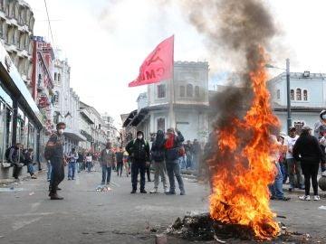Varias personas bloquean una calle este miércoles durante una manifestación en el centro de Quito