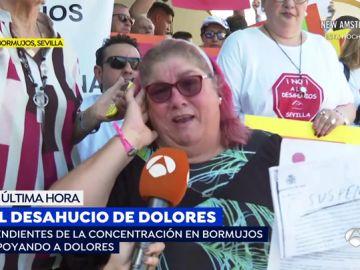 El emotivo momento en el que le comunican a una mujer discapacitada que paralizan su desahucio