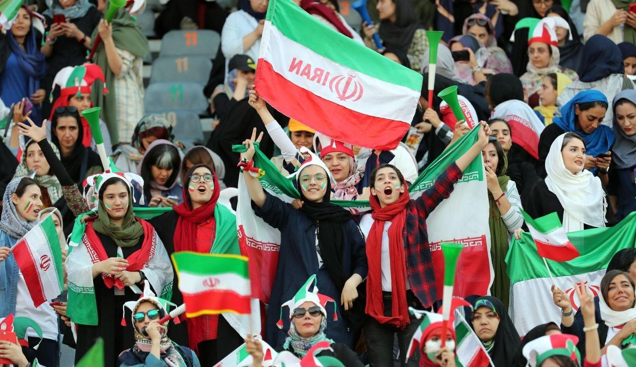 Mujeres iraníes en la grada del Irán-Camboya