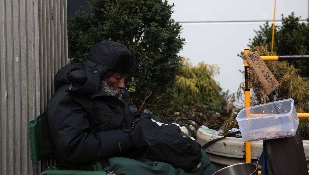 Más de 31.000 personas duermen en la calle a diario en España