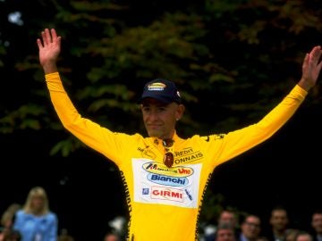 Marco Pantani alzando las manos