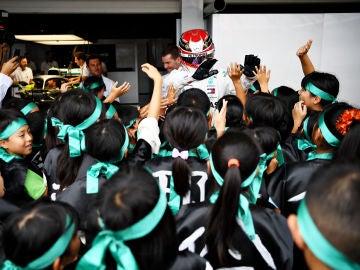 Lewis Hamilton saluda a aficionados japoneses en Suzuka