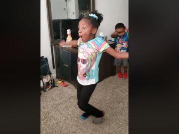 La niña con parálisis cerebral andando sola