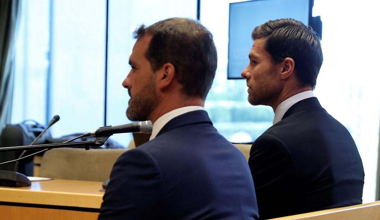 Xabi Alonso, a la derecha, sentado en el banquillo de la Audiencia Provincial