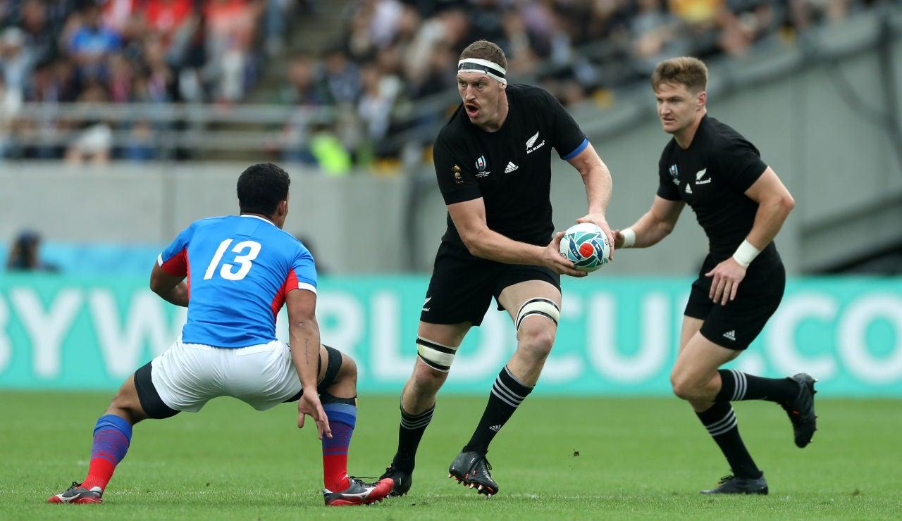 Brodie Retallick juega un balón en un partido de Nueva Zelanda en el Mundial de Rugby de Japón