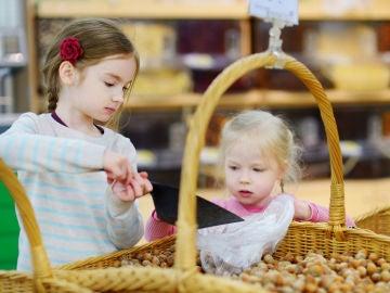 Niñas comprando frutos secos