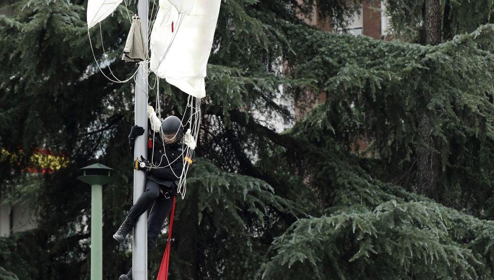 El paracaidista que ha chocado contra la farola