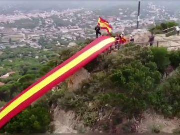 Despliegan una bandera de España de 50 metros en el pico de una montaña de Barcelona