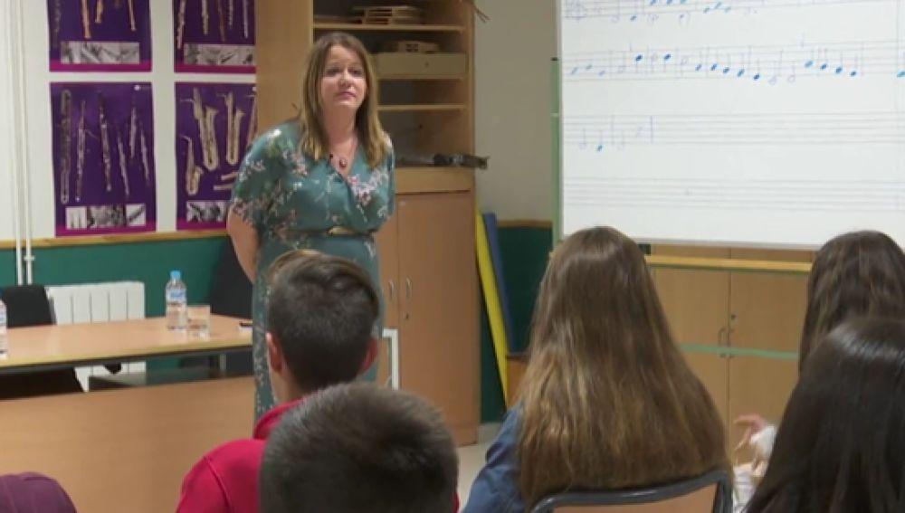 Una jueza imparte justicia en una clase de alumnos