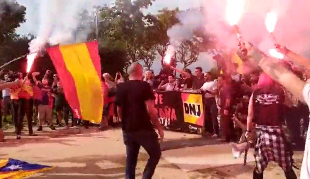 Simpatizantes de La Falange queman esteladas en una manifestación por el Día de la Hispanidad