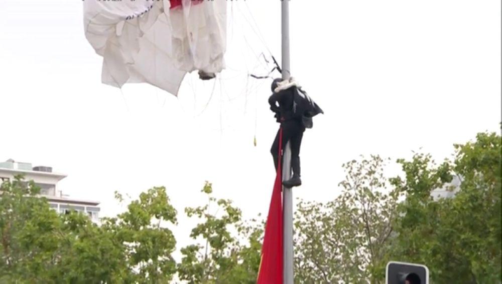 El paracaidista enganchado en la farola