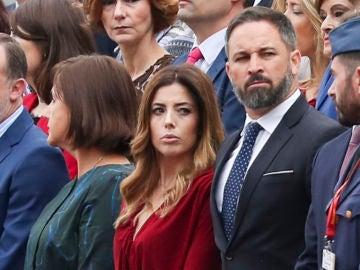Santiago Abascal y Lidia Bedman durante el desfile de las Fuerzas Armadas