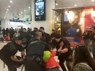 Los Mossos desalojan a un grupo de independentistas concentrados en la estación de Sants