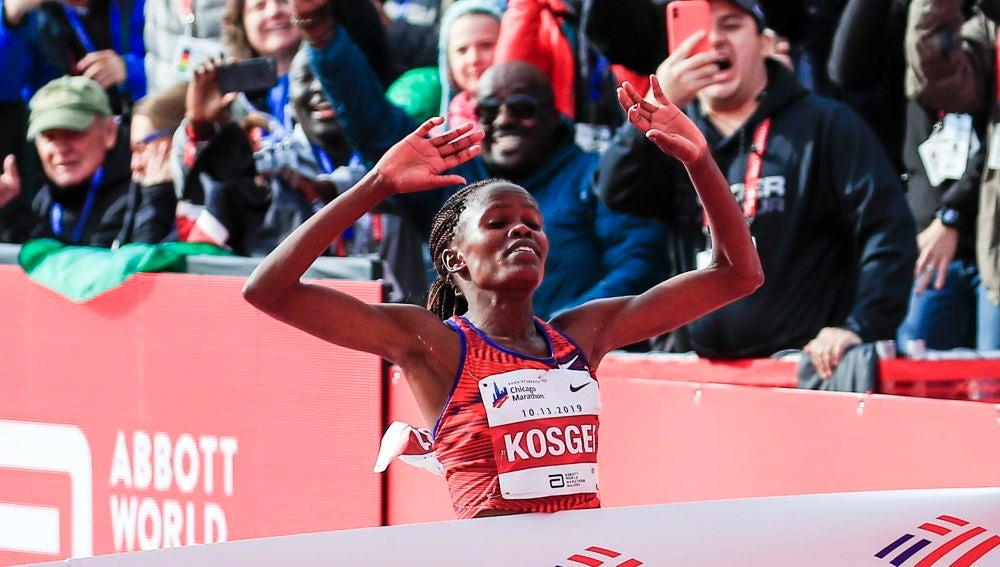 Brigid Kosgei cruza la línea de meta