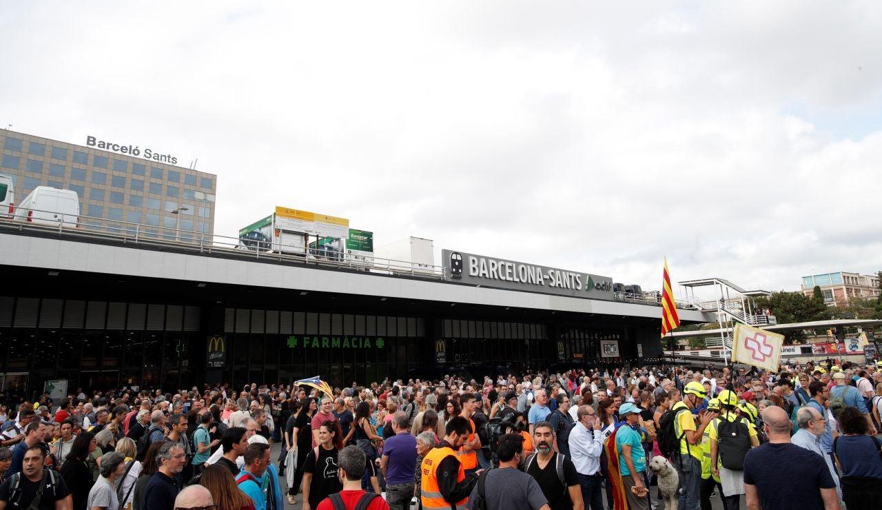 Independentistas se concentran en el vestíbulo de la estación de Sants