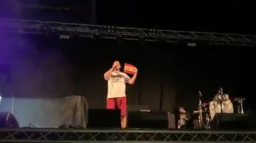 Pablo Hasel quema una rojigualda durante un concierto en Mallorca