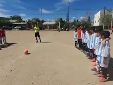 """Un tiroteo siembra el pánico en un partido de fútbol de infantiles en Argentina: """"Están con pistolas... ¡corre!"""""""