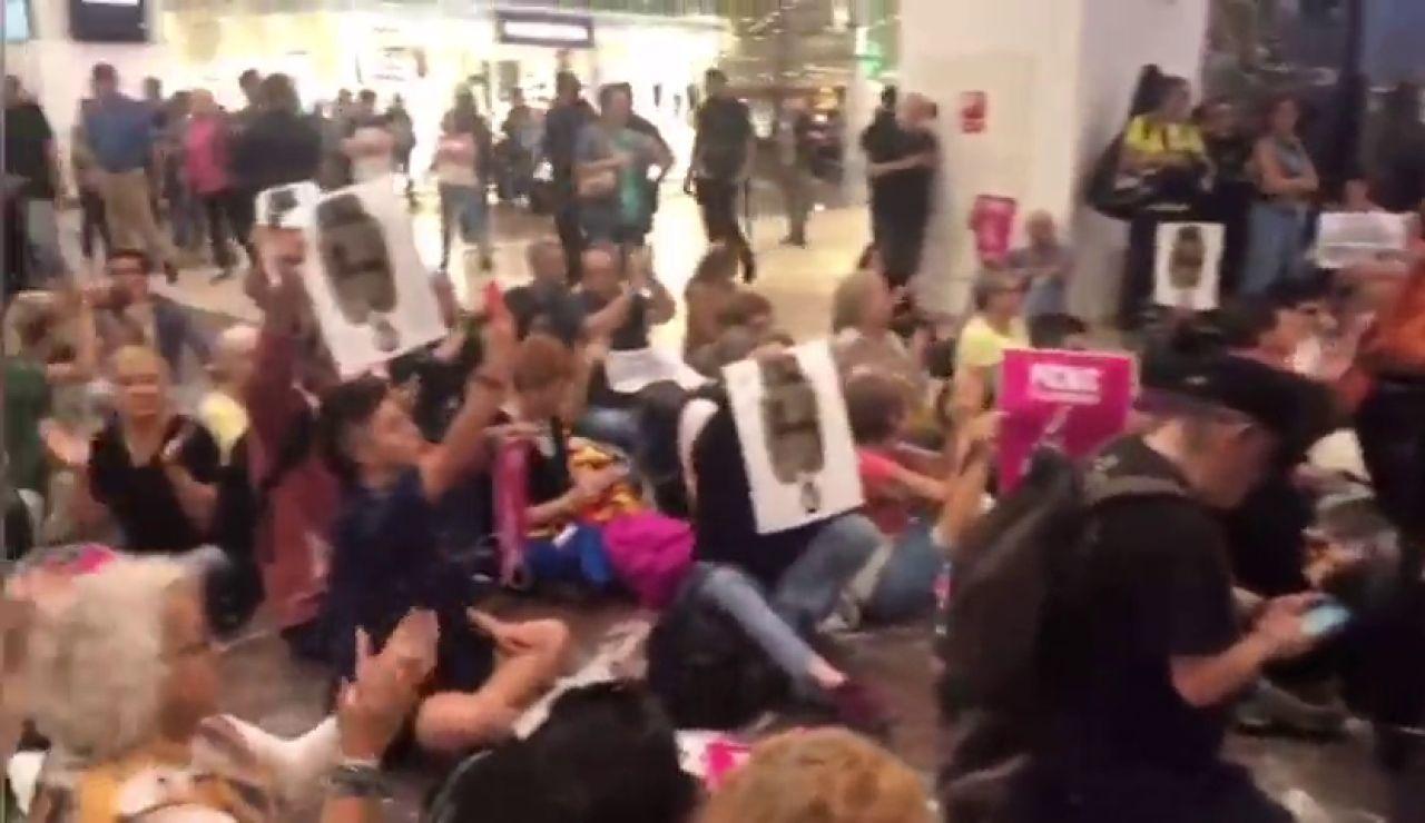 Decenas de independentistas protestan en la estación de Sants contra la sentencia del 'procés'
