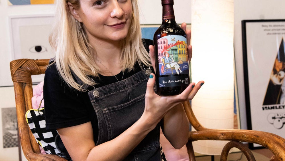 Carla con la botella que ha diseñado para Matusalem
