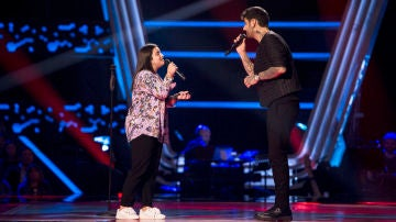 Melendi y Paola Casas cantan a capela 'Con solo una sonrisa'