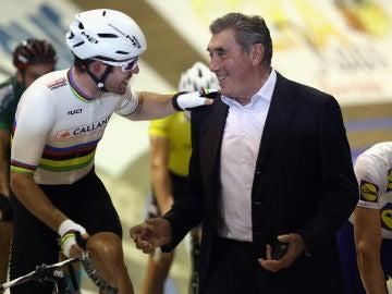 Eddy Merckx, junto a Mark Cavendish