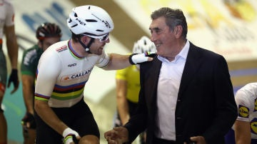 Eddy Merckx, junto a Mark Cavendish