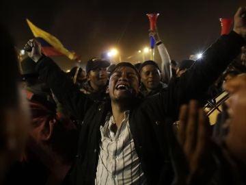 Manifestantes celebran el acuerdo logrado entre el Gobierno e indígenas