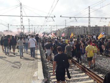 Los manifestantes cortan las vías del tren de Cercanías en Girona