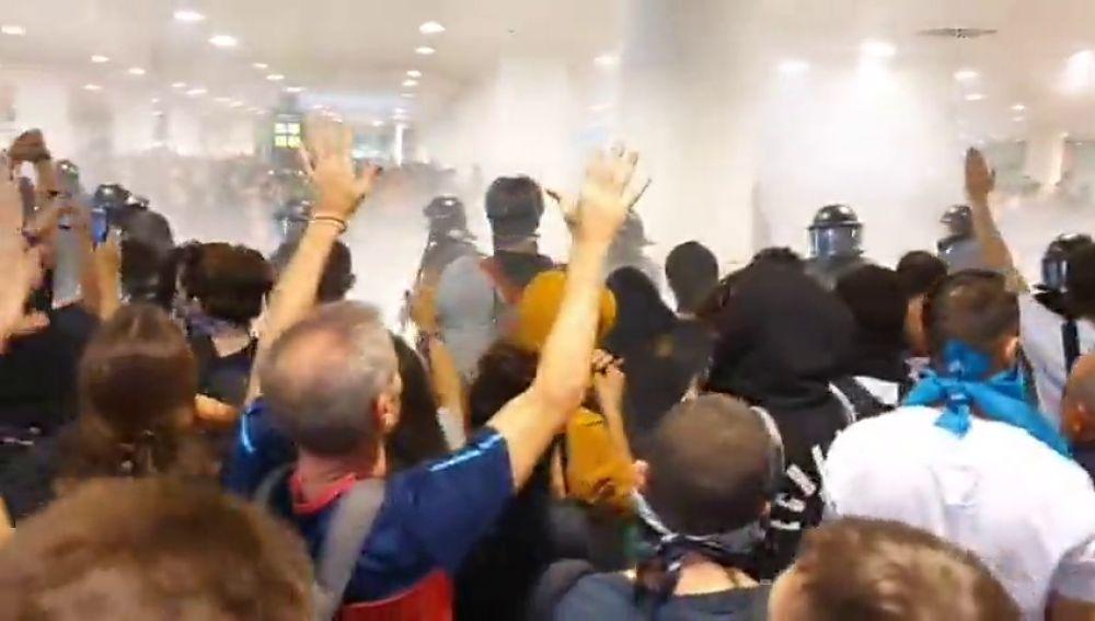 La policía carga contra los manifestantes en el aeropuerto de El Prat