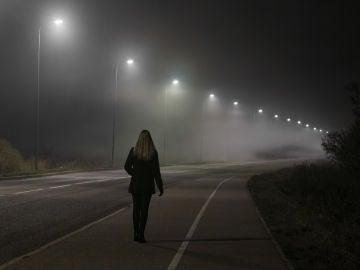 Mujer caminando sola