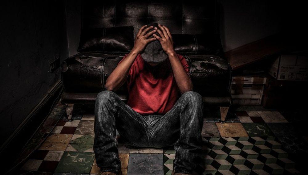Persona sufriendo (archivo)