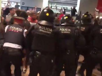 La policía carga contra los manifestantes el El Prat