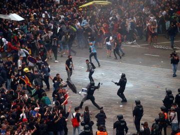 Mossos d'Esquadra cargan contra las miles de personas
