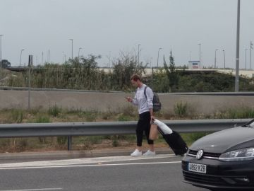 Rakitic abandona el aeropuerto de El Prat a pie