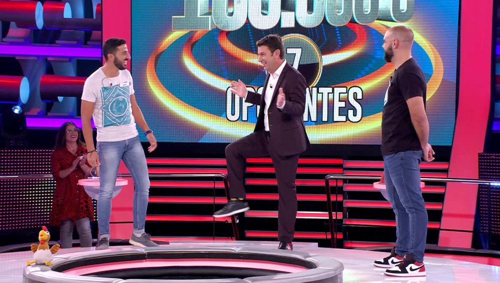 Arturo Valls escenifica un chiste sobre doma con un concursante en '¡Ahora caigo!'