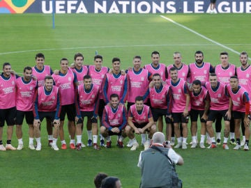 Los jugadores de la selección posan vestidos de rosa.