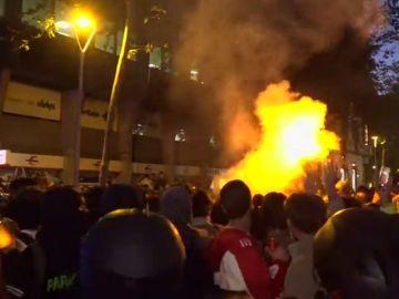 Continua la tensión en Barcelona: los manifestantes intentan romper el cordón policial en la Delegación del Gobierno