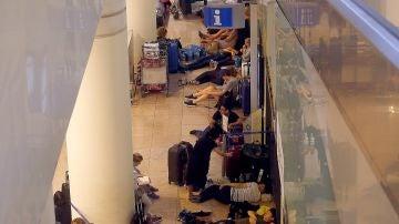 ientos de viajeros permanecen atrapados en el Aeropuerto de El Prat