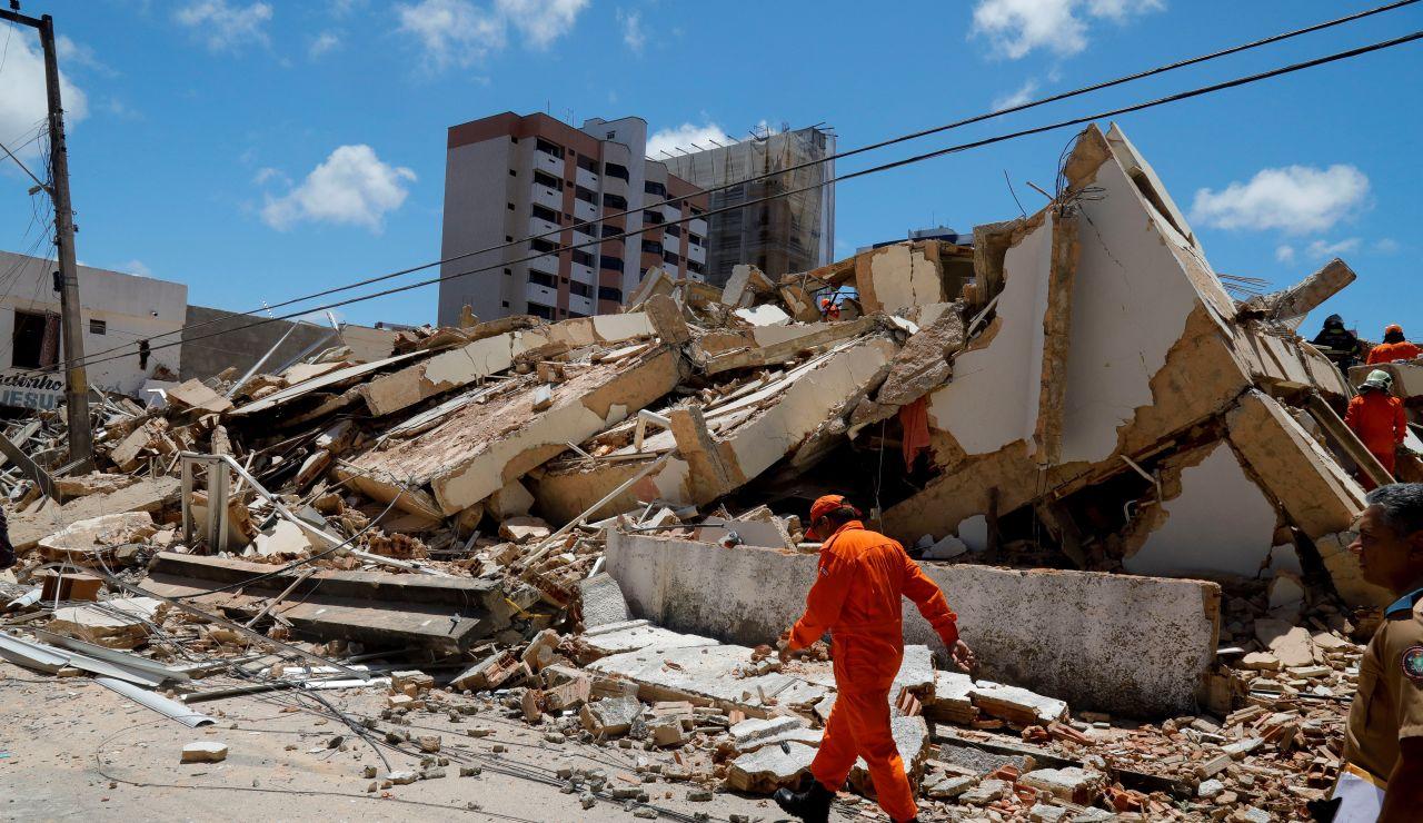 Fotografía de los escombros tras el derrumbe de un edificio residencial de siete pisos