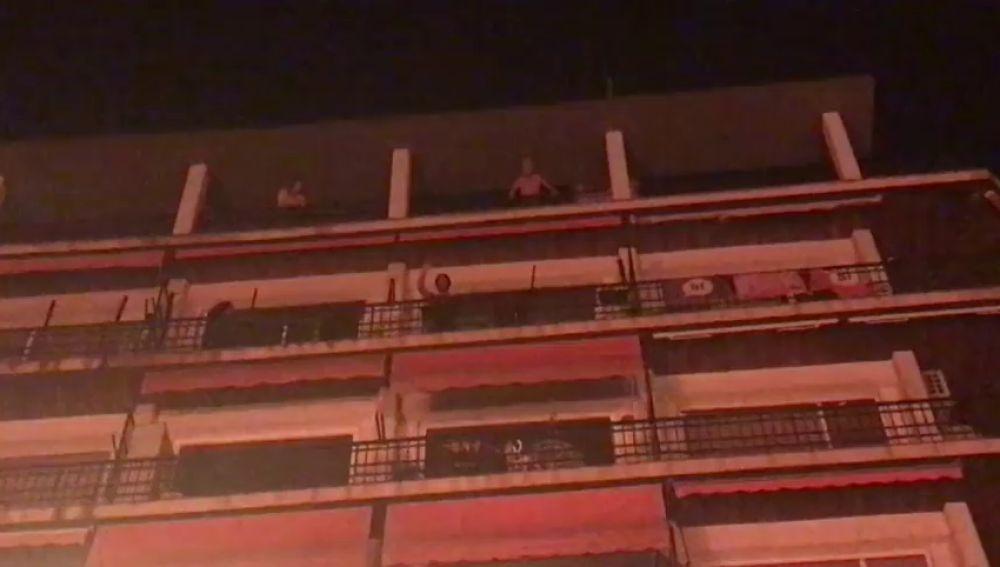 REEMPLAZO Los vecinos del paseo de Gràcia apagan desde sus ventanas la hogueras de los manifestantes