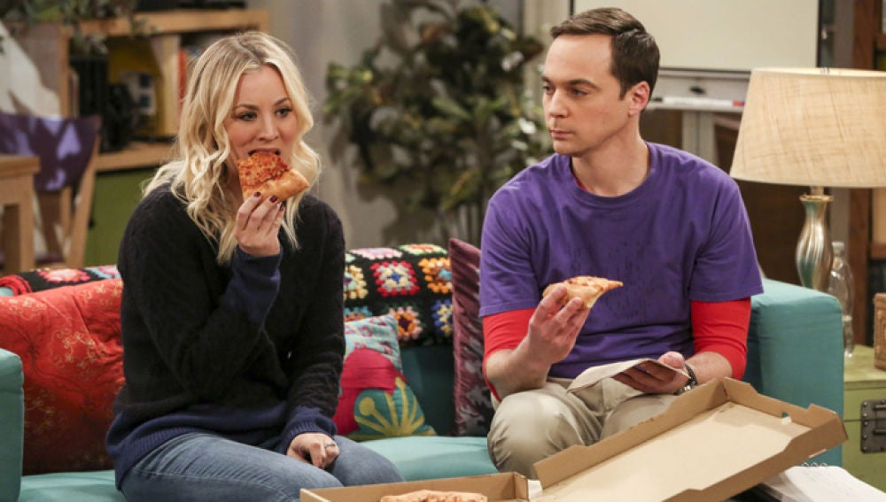 Penny (Kaley Cuoco) junto a Sheldon (Jim Parsons) en 'The Big Bang Theory'